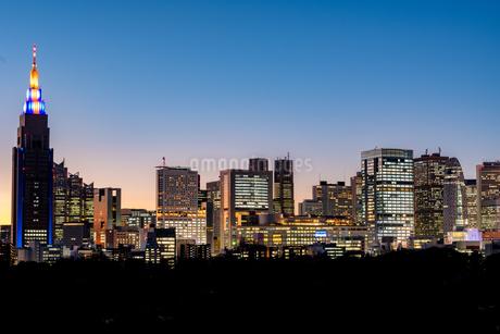 新宿ビル群マジックアワーの写真素材 [FYI02935668]