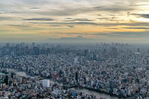 東京都心部と富士山の夕景の写真素材 [FYI02935679]