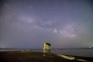 見附島と天の川の写真素材 [FYI02935680]