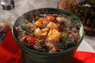 海老とトマトのアヒージョの写真素材 [FYI02935706]