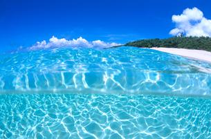 海中と青空と雲と島の写真素材 [FYI02935709]