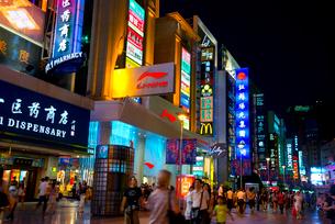 南京路の夜景の写真素材 [FYI02935725]