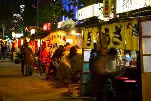 人々で賑わう福岡の屋台の写真素材 [FYI02935786]