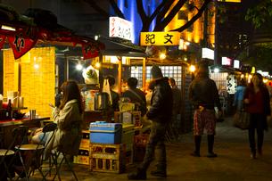 人々で賑わう福岡の屋台の写真素材 [FYI02935787]