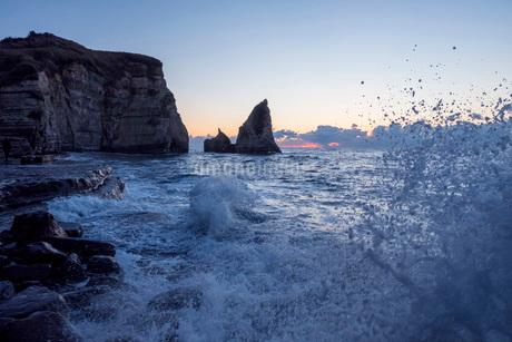 明け方の大波月・小波月海岸の渚の写真素材 [FYI02935819]