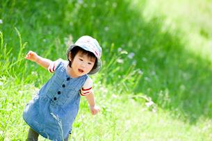 公園で笑う女の子の写真素材 [FYI02935852]
