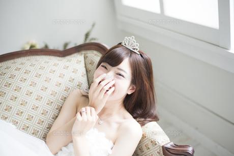 ウェディングドレスを着て笑っている女性の写真素材 [FYI02935873]