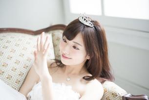 ウェディングドレスを着て結婚指輪を見ている女性の写真素材 [FYI02935879]