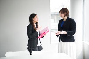 会議室で話している女性二人の写真素材 [FYI02935886]