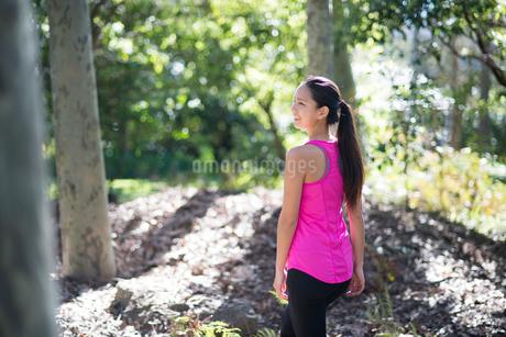 緑の中を歩いている女子の写真素材 [FYI02935890]