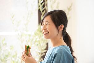サンドイッチを食べている女性の写真素材 [FYI02935898]