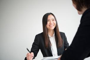 会議室で話している女性二人の写真素材 [FYI02935899]