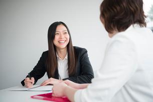 会議室で話している女性二人の写真素材 [FYI02935904]