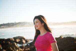 トレーニングウェアで笑っている女性の写真素材 [FYI02935905]