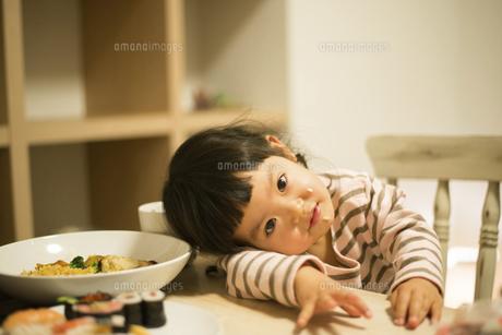 夕食時にポーズをしている女の子の写真素材 [FYI02935906]