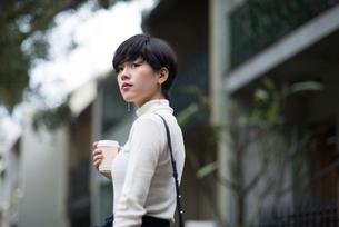 コーヒーを持っている女性の写真素材 [FYI02935907]