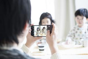 子供の写真を撮っている父親の写真素材 [FYI02935914]