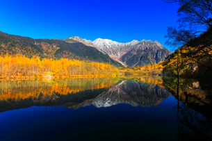 秋の上高地 大正池と紅葉に冠雪の穂高連峰の写真素材 [FYI02935967]