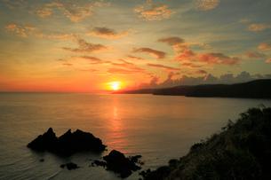 奄美大島 大金久ふれあいパークより望む宮古崎と東シナ海の朝焼けの写真素材 [FYI02935972]