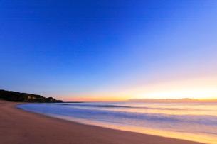 夜明けの海の写真素材 [FYI02935988]