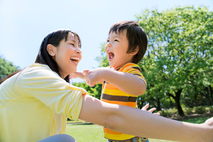 公園で遊ぶ母と息子の写真素材 [FYI02936025]
