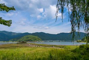 渇水で地続きになった六角堂と河口湖大橋(河口湖)の写真素材 [FYI02936065]