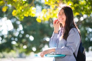 りんごを持って笑っている女性の写真素材 [FYI02936070]