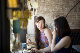 カフェでお茶をしている二人の写真素材 [FYI02936082]