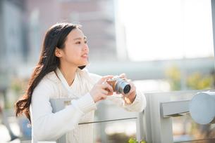 写真を撮っている女性の写真素材 [FYI02936104]
