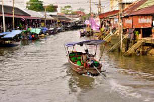 アムパワー水上マーケット運河景観の写真素材 [FYI02936112]