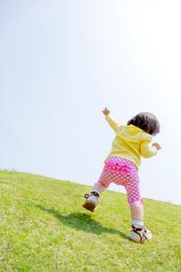 公園で遊ぶ女の子の後ろ姿の写真素材 [FYI02936118]