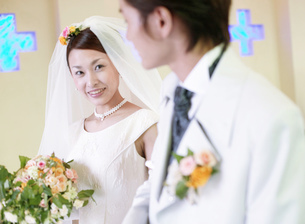 ほほえむ新郎新婦の写真素材 [FYI02936122]