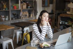 カフェでパソコンを開いてる女性の写真素材 [FYI02936127]