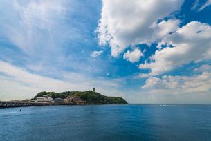 江ノ島と海面(横)の写真素材 [FYI02936134]