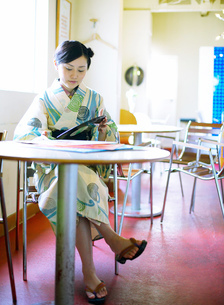カフェの浴衣姿の女性の写真素材 [FYI02936144]