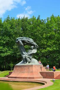 ワルシャワ ワジェンキ公園のショパン像の写真素材 [FYI02936178]