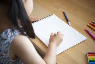 机で絵を描いている女の子の写真素材 [FYI02936276]