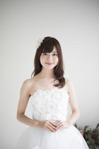 微笑んでいるウェディングドレス姿の女性の写真素材 [FYI02936279]