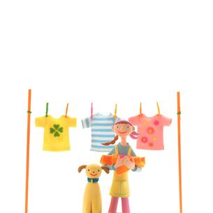 3枚の洗濯物を干す女性と犬 クラフトの写真素材 [FYI02936281]