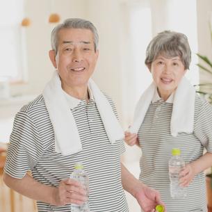 家で運動をするシニア夫婦の写真素材 [FYI02936301]