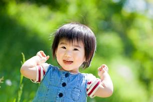 公園で笑う女の子の写真素材 [FYI02936314]