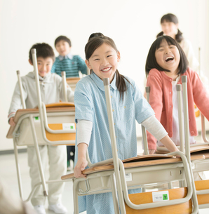 教室で机を運ぶ小学生の写真素材 [FYI02936373]