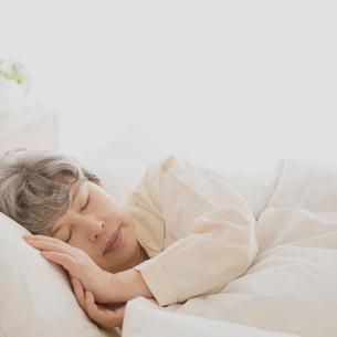 ベッドで眠るシニア女性の写真素材 [FYI02936377]
