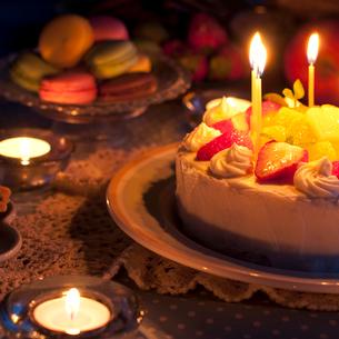 手作りケーキとマカロンとキャンドルの写真素材 [FYI02936381]