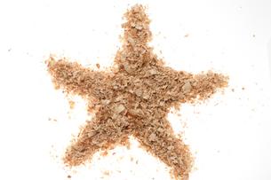 星マーク(おがくず)の写真素材 [FYI02936390]