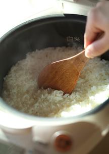 炊飯器の中の炊きたてごはんの写真素材 [FYI02936405]