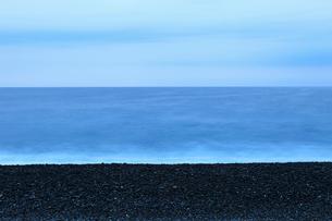 夜明前の七里御浜海岸の写真素材 [FYI02936421]