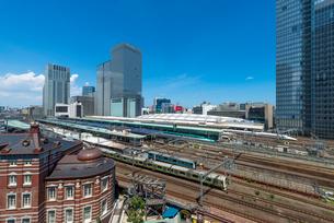 東京駅・ホーム(JPタワー6F屋上庭園から)の写真素材 [FYI02936449]