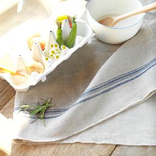 卵のケースに入ったミニ野菜と野花の写真素材 [FYI02936464]