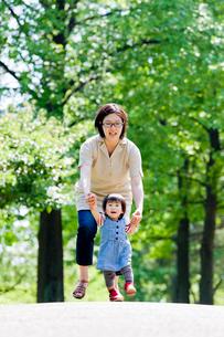 公園を歩く母と娘の写真素材 [FYI02936467]